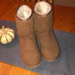 Worn once brown UGG size 6